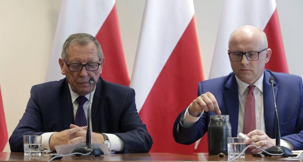 El ministro polaco de Medio Ambiente, Andrzej Konieczny (izquierda) y su adjunto, Andrzej Konieczny, con un frasco de escarabajos en la rueda de prensa del lunes en Varsovia.