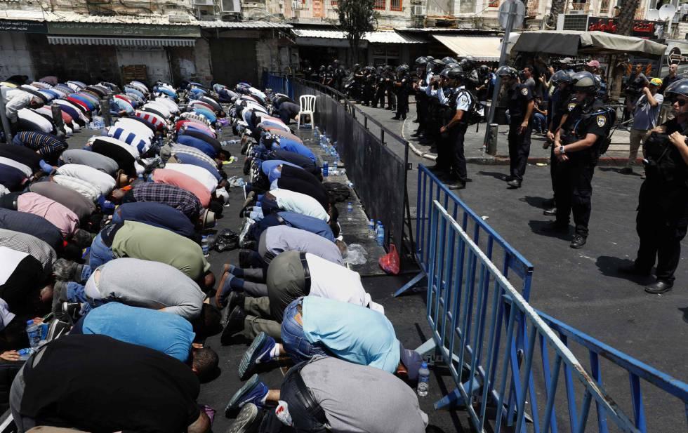 Fieles palestinos rezan ante la policía israelí en la puerta de Damasco de Jerusalén.