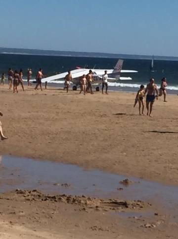 La avioneta que aterrizó en una playa en la que había bañistas
