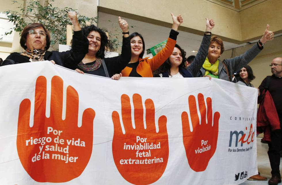 Diputadas de izquierda muestras su apoyo a la despenalización del aborto en Chile.