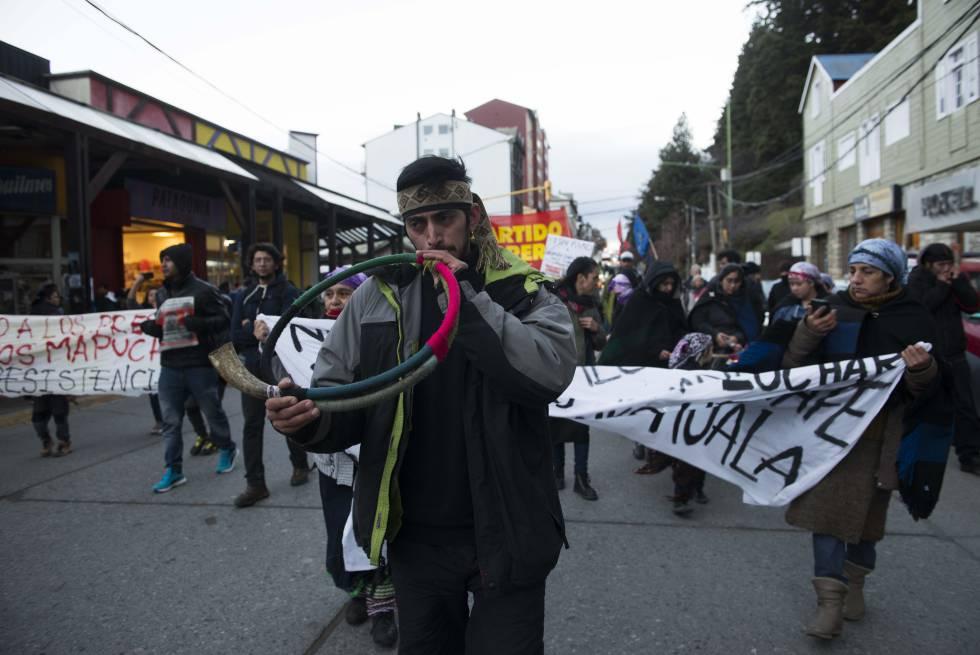 Una protesta mapuche en el centro de la ciudad de Bariloche.