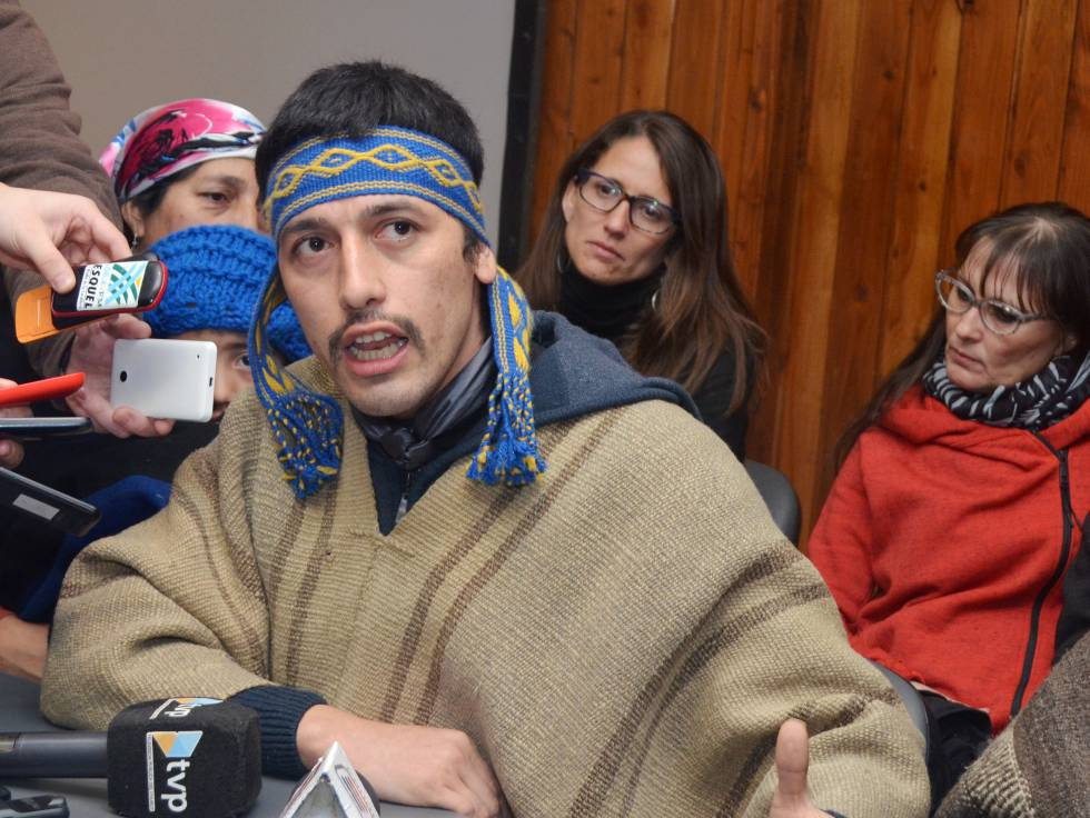 El lider mapuche Facundo Jones Huala habla con la prensa local.