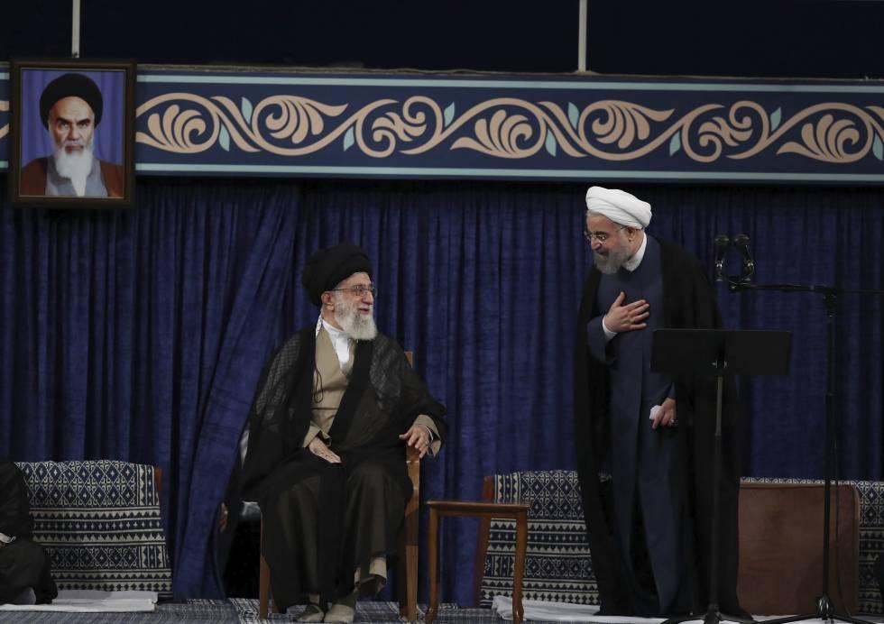 Imagen oficial de Jamenei (izquierda) y Rohani el 3 de agosto durante la ceremonia de confirmación del segundo mandato del presidente.