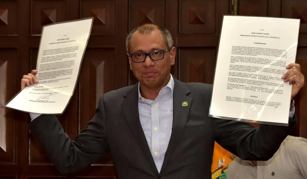 El vicepresidente de Ecuador, Jorge Glas, muestra el decreto que suspende todas sus funciones.