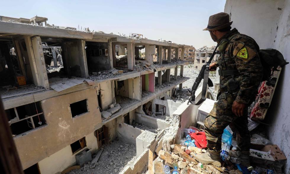 Un miliciano kurdo de las Unidades de Protección Popular en Raqua el 28 de julio.rn