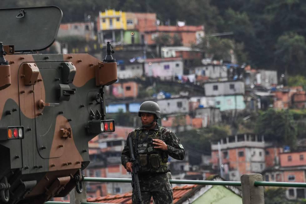 Un soldado frente a la favela Morro do Macaco durante la operación de este sábado en Río de Janeiro.
