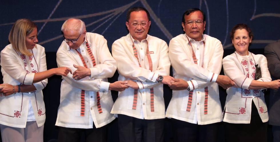 El ministro de Exteriores norcoreano, Ri Yong-ho (centro), junto a varios de sus homólogos en el foro de seguridad de la ASEAN.