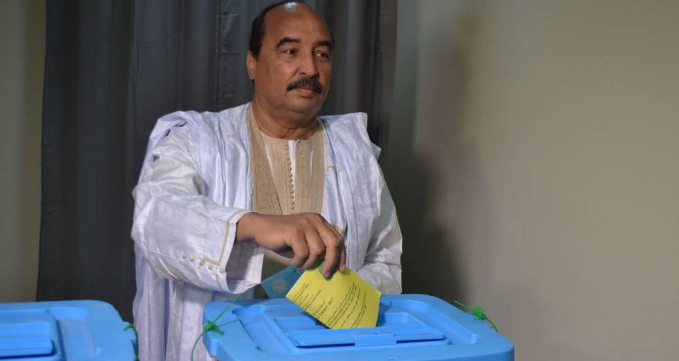 El presidente Abdel Aziz deposita su papeleta en la urna, el pasado 5 de agosto en Nuakchot.