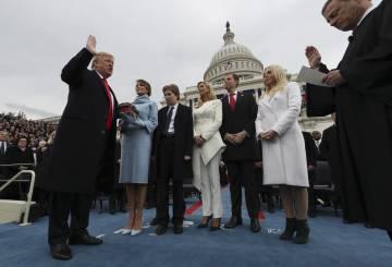 Donald Trump jura su cargo como presidente de los Estados Unidos ante el juez John Roberts, presidente del Tribunal Supremo el pasado 20 de enero en Washington.