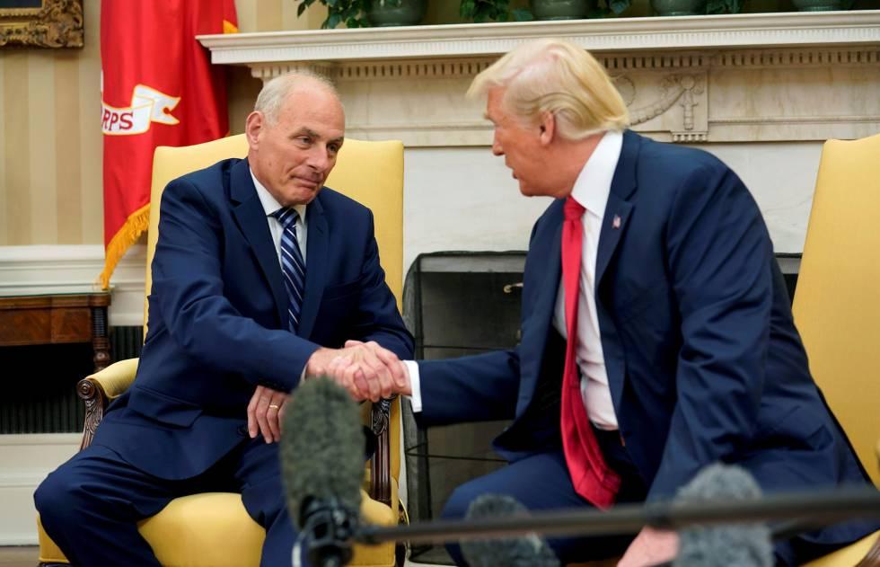 El general John Kelly saluda a Donald Trump la semana pasada.