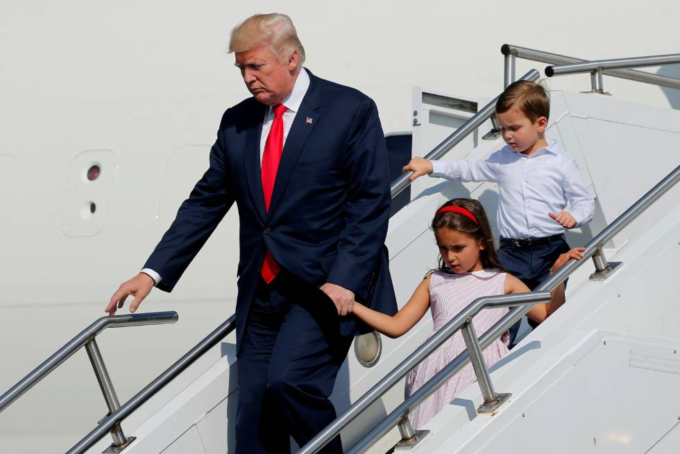 Donald Trump, el pasado viernes, con sus nietos, a su llegada a Nueva Jersey, donde pasa las vacaciones.