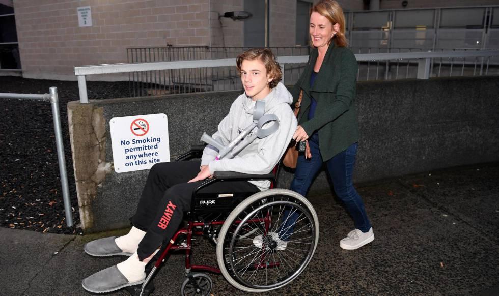 El joven de 16 años Sam Kanizay junto a su madre en el hospital de Dandenong, cerca de Melbourne (Australia), este martes.