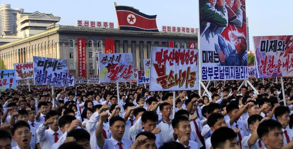 Norcoreanos protestan en Pyongyang contra las sanciones impuestas por la ONU.