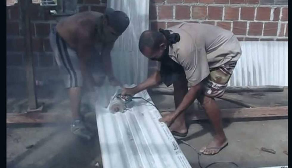 Escena del documental 'Não respire – contém amianto' que muestra a trabajadores de la construcción cortando tejas hechas con producto cancerígeno sin ninguna protección.