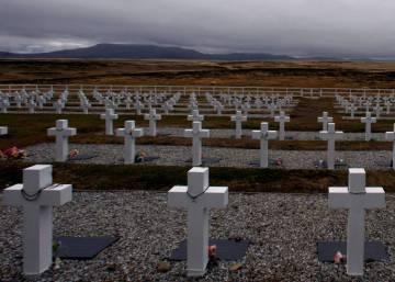 Argentina y Reino Unido ponen nombre a decenas de soldados muertos en las islas Malvinas