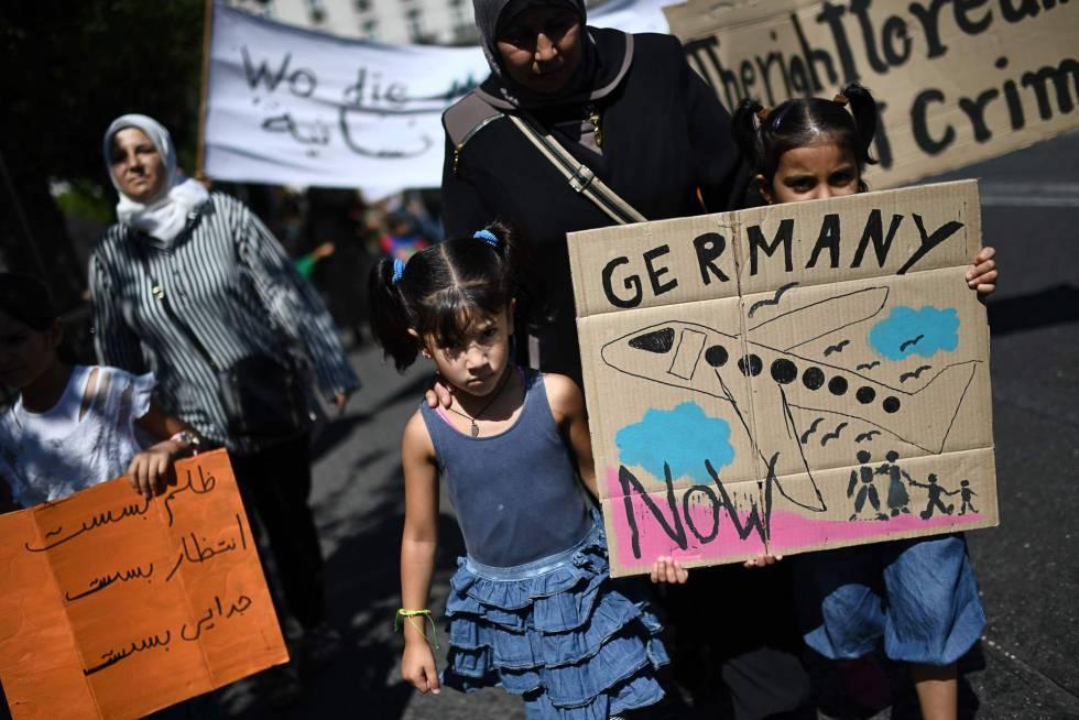 Protesta en Atenas contra la limitación de la reunificación familiar en Alemania.