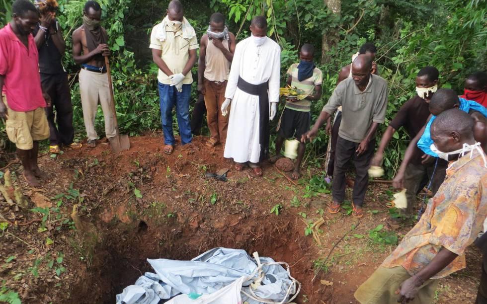 Un sacerdote oficia el funeral de seis personas muertas en un ataque en Zemio, en el sureste de República Centroafricana.