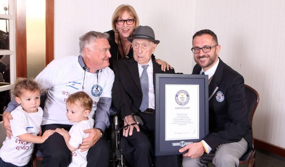 Kristal, rodeado por su familia en marzo de 2016, el día que recibió el certificado del Libro Guiness de ser el hombre más viejo del mundo.