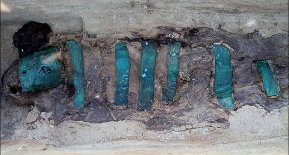 Placas de bronce que cubrían a la momia.