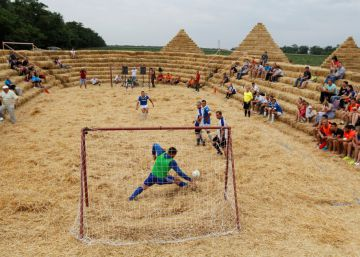 Un estadio de fútbol biodegradable levantado en cinco días