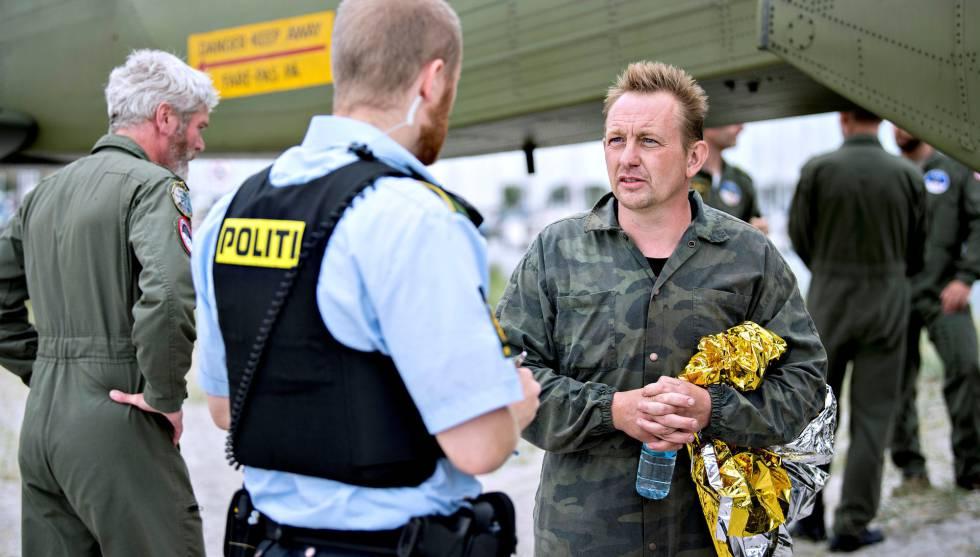 Peter Madsen, con la policía tras ser rescatado.