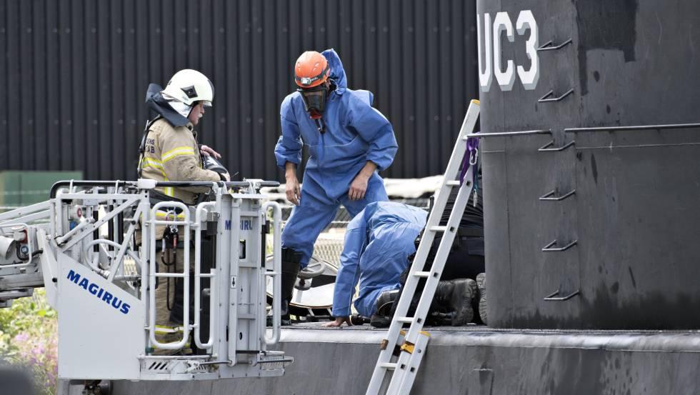 Policías daneses en el submarino tras ser reflotado.