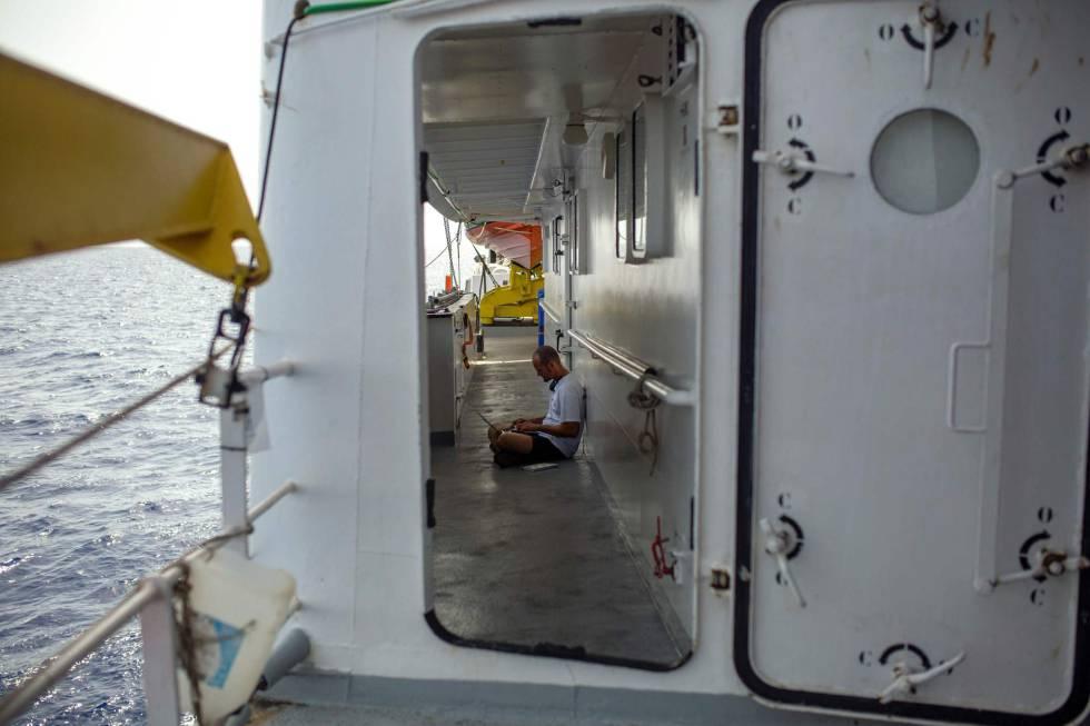 El barco de rescate Aquarius, de SOS Mediterranee, este lunes a 20 millas de la costa libia. rn