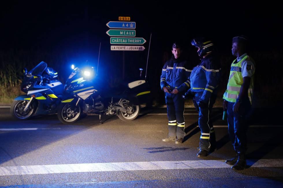 Agentes de policía en la entrada de la carretera que lleva al lugar del suceso.