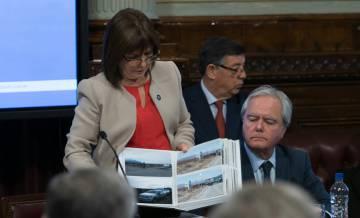 La ministra de Seguridad, Patricia Bullrich, muestra fotos del operativo en Esquel.