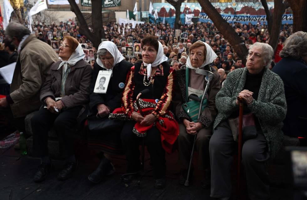 Abuelas de Plaza de Mayo aguardan el veredicto de un juicio por crímenes de lesa humanidad en Mendoza, el pasado julio.