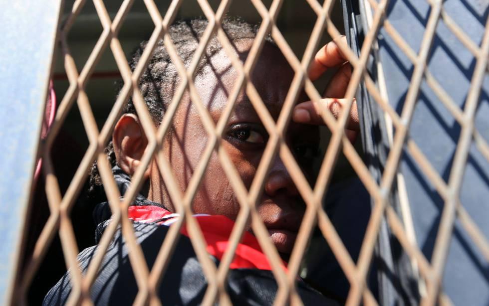 Un migrante subshariano en un centro de detención en Trípoli a la espera de ser deportado