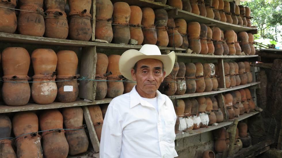 Moisés Morales, frente a una de las paredes de su casa, en Cuetzalan.