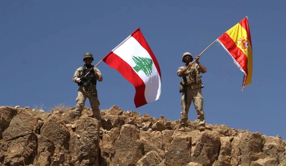 Soldado libaneses el sábado con banderas de Líbano y España en solidaridad con las víctimas de los atentado de Barcelona y Cambrils.