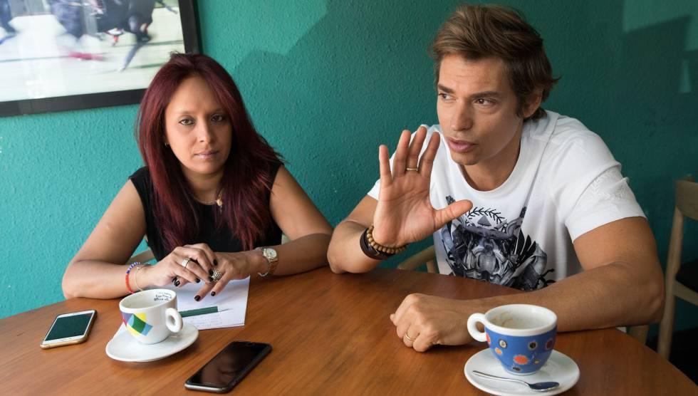 La directora de Una medicina para Venezuela, Vanessa Pineda, y el cantante Carlos Baute, el pasado miércoles en Villafranca del Castillo.