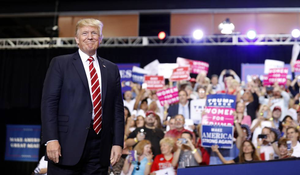 Donald Trump aparece sobre el escenario en Phoenix, el martes.