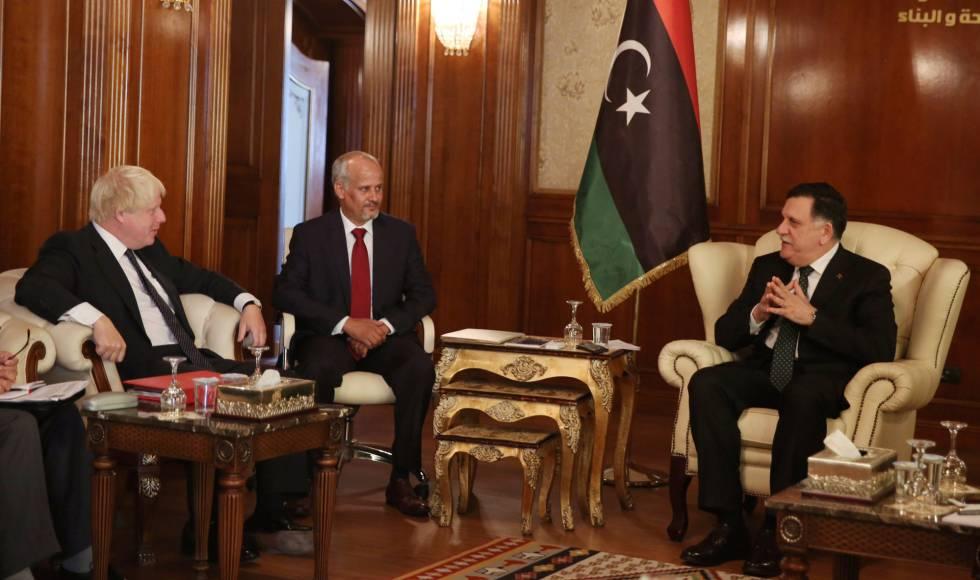 Imagen de la reunión entre Boris Johnson y Fayez Serraj, el primer ministro del Gobierno de Libia patrocinado por la ONU