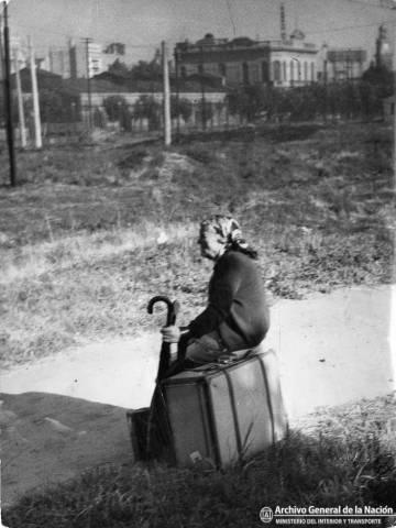 Una inmigrante frente a la zona portuaria, en 1950.