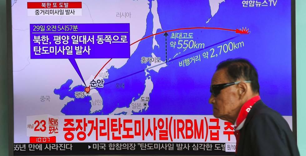Un hombre surcoreano ante una pantalla de televisión que muestra la trayectoria recorrida por el misil norcoreano.