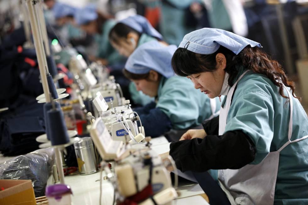 Varias mujeres trabajan en una fábrica textil de Huaibei (China).