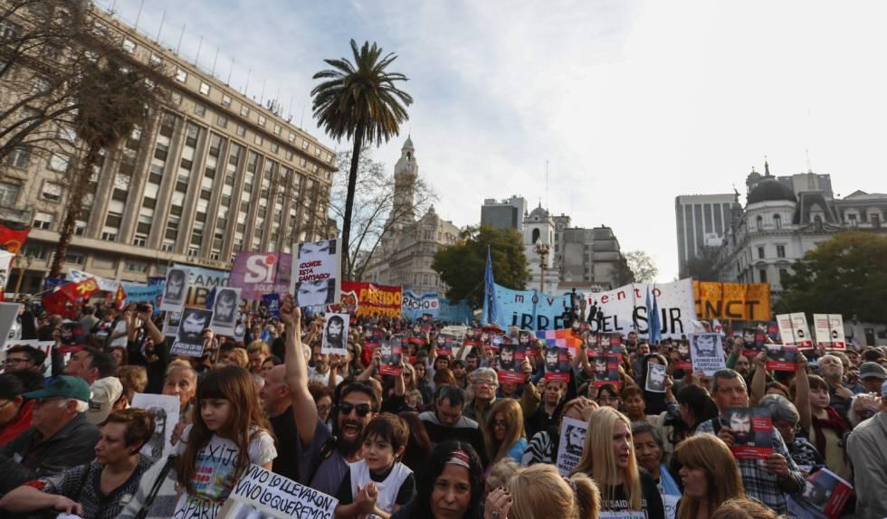 Miles de personas piden en Plaza de Mayo la aparición con vida de Santiago Maldonado.