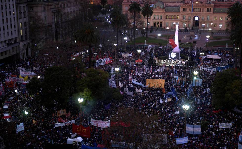 Vista panorámica de la Plaza de Mayo durante la marcha por la aparición con vida de Santiago Maldonado.
