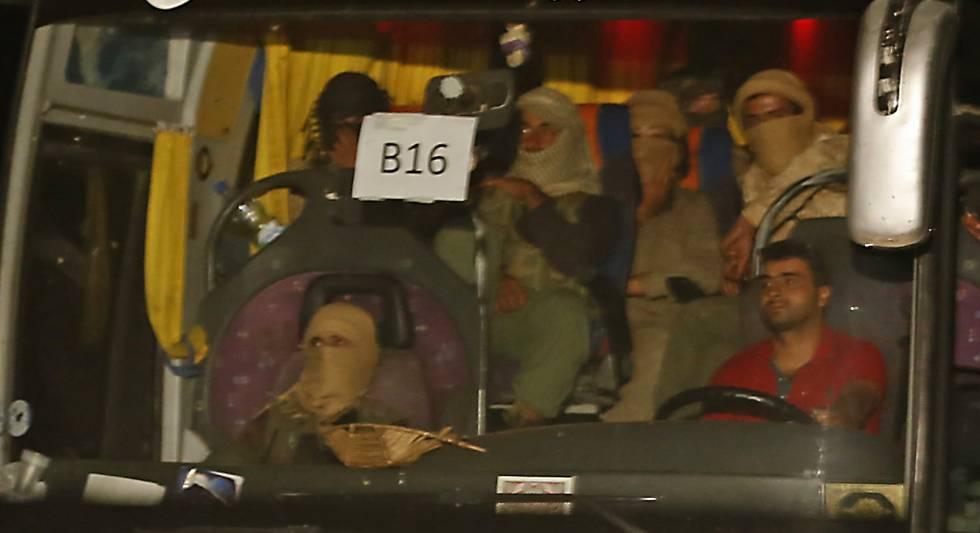 Autobús del convoy con yihadistas del ISIS evacuados desde la frontera de Líbano hasta la de Irak.
