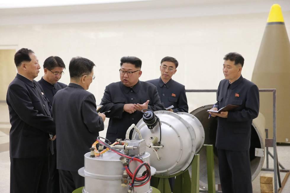 Kim Jong-un inspecciona una supuesta nueva bomba de hidrógeno de Corea del Norte.