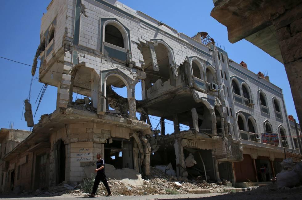 Edificio destrozado por los bombardeos en la localidad rebelde de Inkhil, al oeste de Deraa, en Siria.
