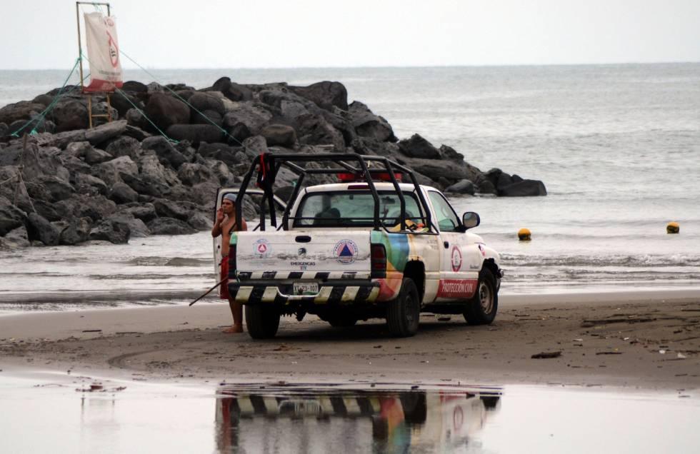 Efectivos de Protección Civil, ayer en una playa veracruzana.