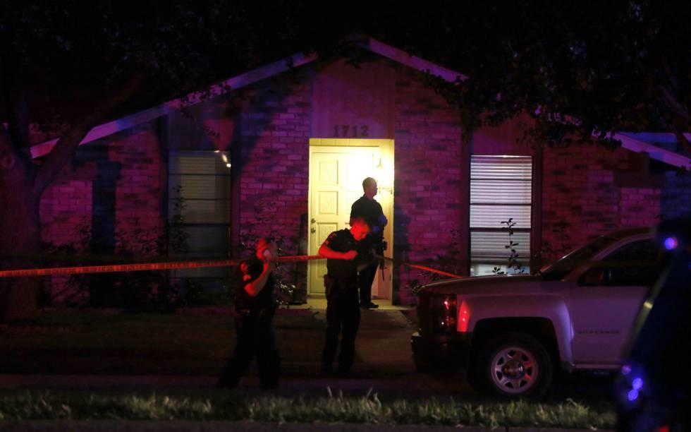 Policías precintan la escena del crimen en Plano, Dallas.
