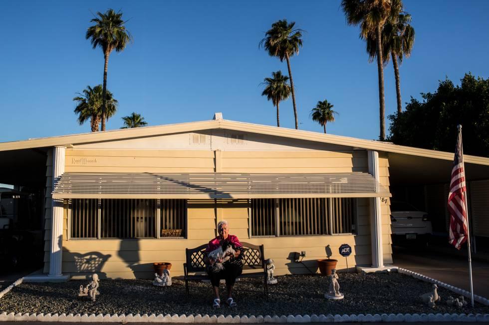 Una anciana en su casa prefabricada en la urbanización Val Vista de Arizona.