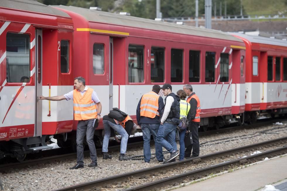 Agentes investigan uno de los trenes siniestrados este lunes en Suiza.