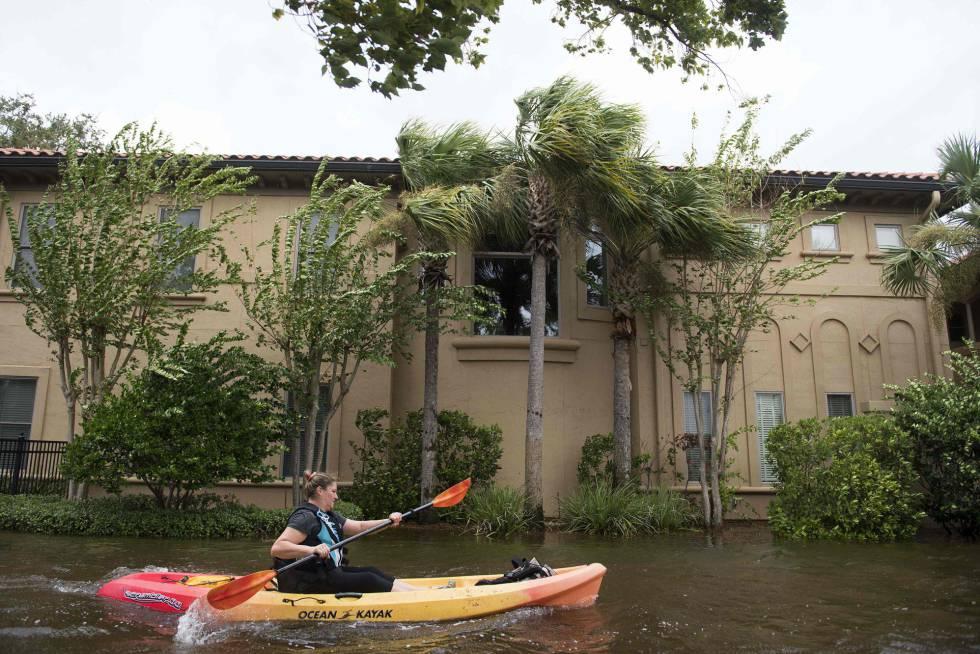 Una mujer se desplaza en un kayak en Jacksonville, al norte de Florida