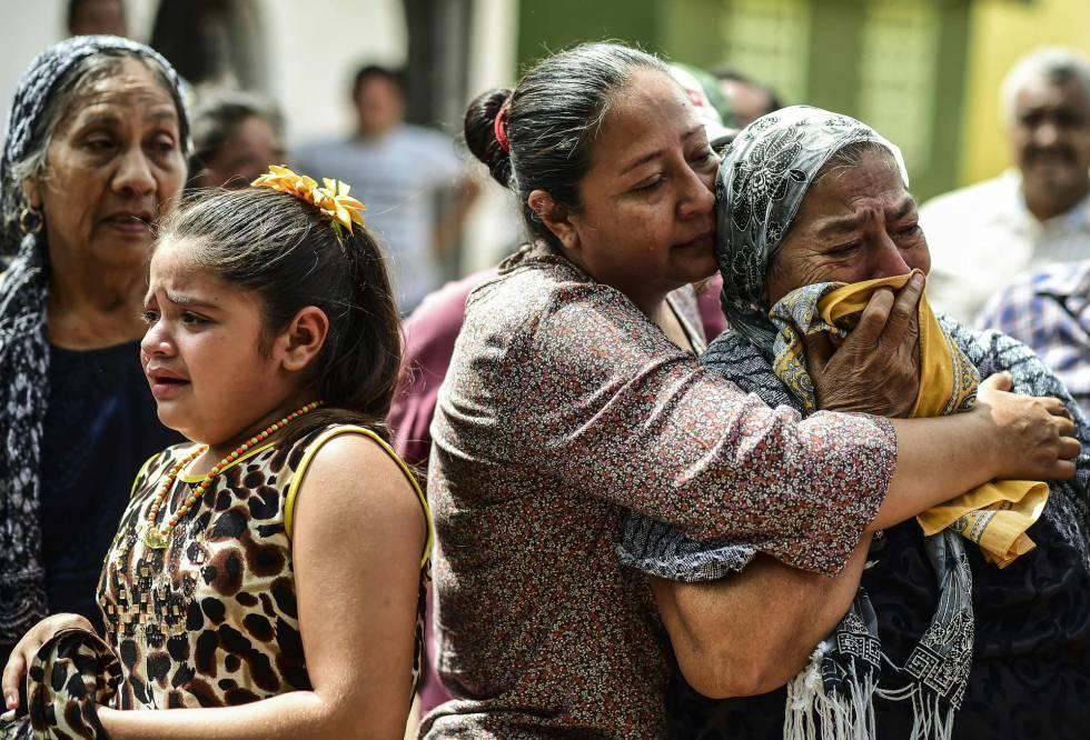 Familiares de una de las víctimas del sismo, en Juchitán.